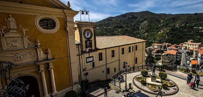Piazza Taverna Sila Calabria Contatto