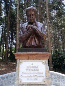 Statua Targa Natuzza Villaggio Cutura Sila Calabria Contatto
